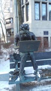 Statue vor einer Uni.